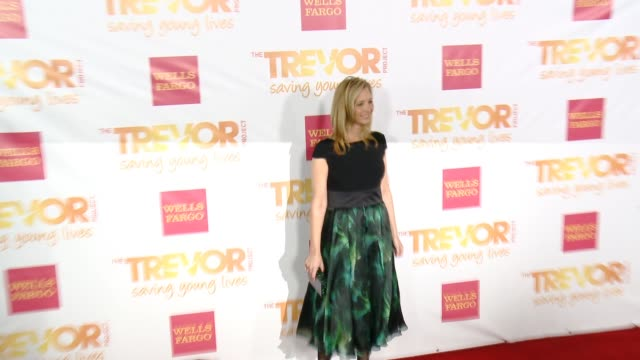 lisa kudrow at 16th annual trevor project benefit presented by wells fargo in los angeles ca - markenname stock-videos und b-roll-filmmaterial