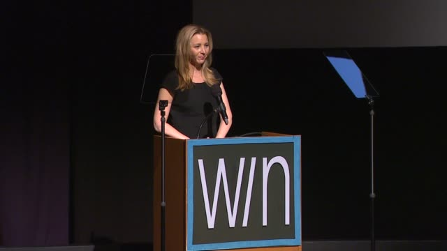 stockvideo's en b-roll-footage met lisa kudrow at the 14th annual women's image network awards on 12/12/12 in los angeles ca - women's image network awards