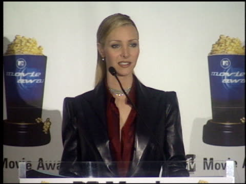 stockvideo's en b-roll-footage met lisa kudrow at the 1999 mtv movie awards press room at barker hanger in santa monica california on june 5 1999 - 1999