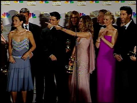 vídeos de stock, filmes e b-roll de lisa kudrow at the 2002 emmy awards press room at the shrine auditorium in los angeles, california on september 22, 2002. - shrine auditorium