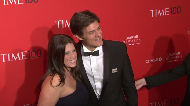 lisa oz and dr mehmet oz at the time 100 gala, time's 100 most influential people in the world at new york ny. - メフメト オズ点の映像素材/bロール