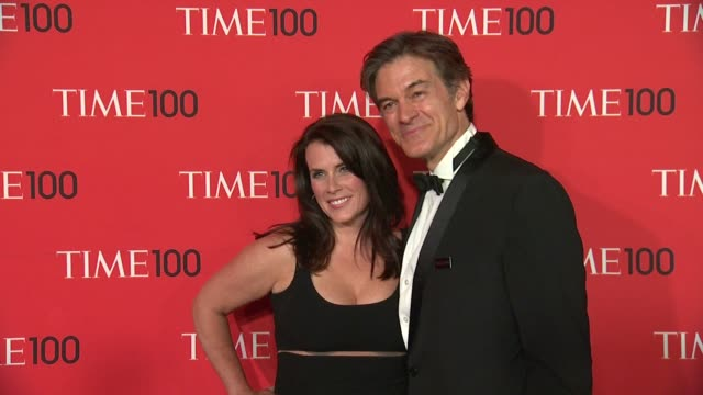 lisa oz and mehmet oz at 2013 time 100 gala - arrivals at frederick p. rose hall, jazz at lincoln center on april 23, 2013 in new york, new york - メフメト オズ点の映像素材/bロール