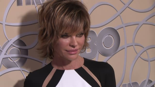 vídeos de stock e filmes b-roll de lisa rinna at hbo's official 2017 golden globe awards after party - arrival at the beverly hilton hotel on january 08, 2017 in beverly hills,... - the beverly hilton hotel