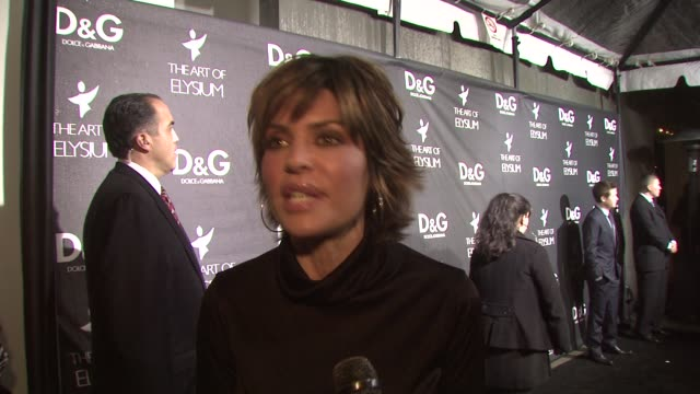 lisa rinna on why she loves dolce & gabbana, on what she's wearing, on the art of elysium, and on what she wants for christmas at the d&g flagship... - dolce & gabbana点の映像素材/bロール