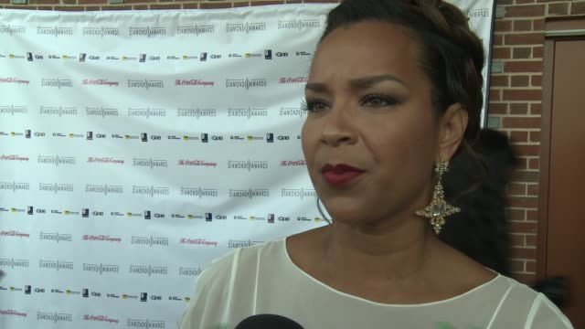 lisaraye mccoy on how she will accept her award tonight at the 2012 diamond awards hosted by the not alone foundation on 3/17/2012 in atlanta ga... - lisaraye mccoy stock videos & royalty-free footage