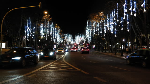 stockvideo's en b-roll-footage met lissabon avenue at night - liberdade