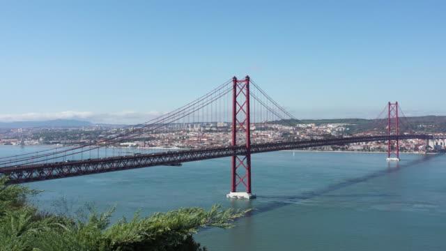 vídeos y material grabado en eventos de stock de puente de lisboa, portugal - railroad track
