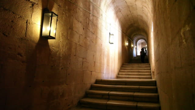 vidéos et rushes de lisbon, jeronimos monastery, hieronymites monastery (mosteiro dos jeronimos), stairs in the church - monastère