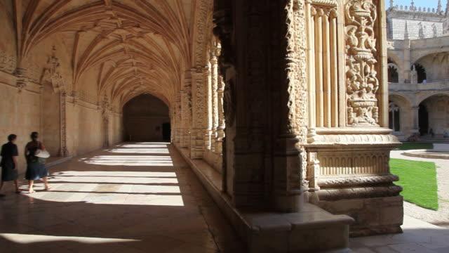 lisbon, jeronimos monastery, hieronymites monastery (mosteiro dos jeronimos), the cloister - 名所旧跡点の映像素材/bロール