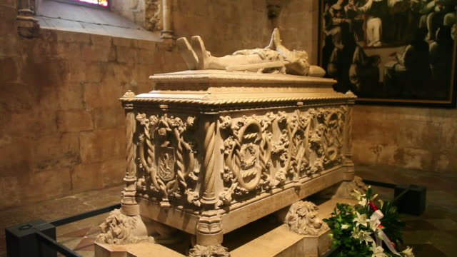 lisbon, jeronimos monastery, hieronymites monastery (mosteiro dos jeronimos), tomb of the poet and chronicler of the age of discoveries luis de camoes (1527-1570) - mosteiro dos jeronimos stock videos and b-roll footage