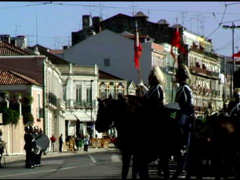 vidéos et rushes de lisbonne, portugal garde militaire de formation sur les chevaux 3 - mammifère ongulé