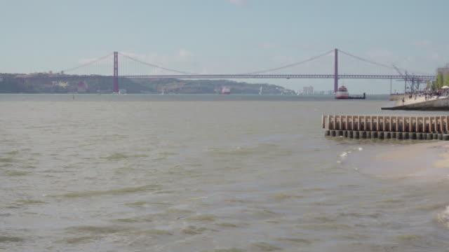 lisbon tagus river and 25th april bridge - 4月25日橋点の映像素材/bロール