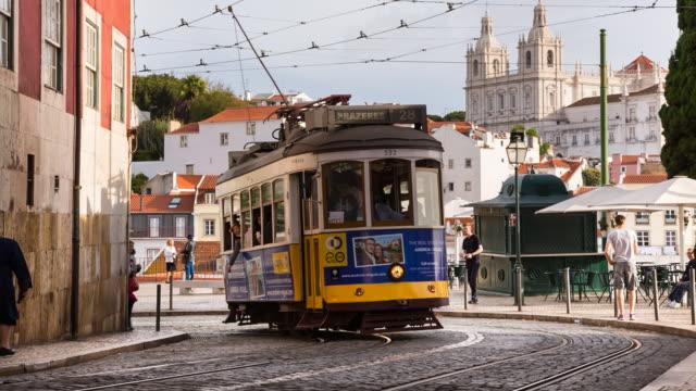 vídeos y material grabado en eventos de stock de ms lisbon tram at portas do sol - tranvía