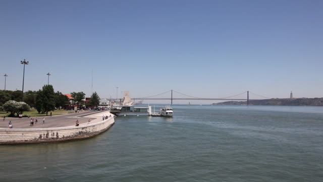 lisbon, view of the tagus river and the 25th april bridge - 4月25日橋点の映像素材/bロール