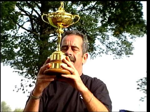 list announced; lib warwickwhire: the belfry: golfer sam torrance holding ryder cup trophy - pgaイベント点の映像素材/bロール