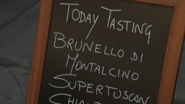 vídeos de stock e filmes b-roll de cu td list of wines on restaurant menu / tuscany, italy - quadro negro