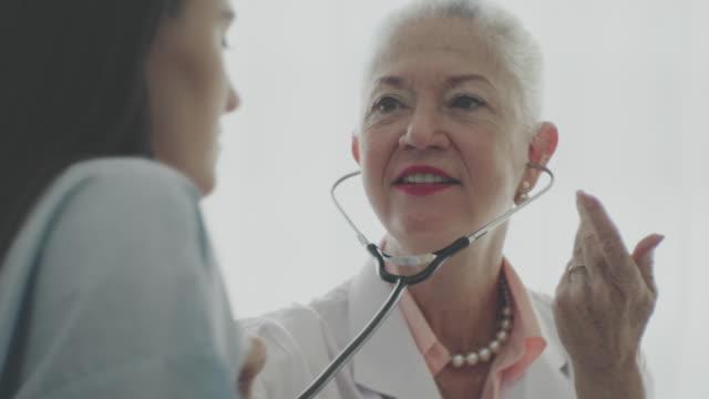 患者の心臓と肺を聞く - 産科医点の映像素材/bロール