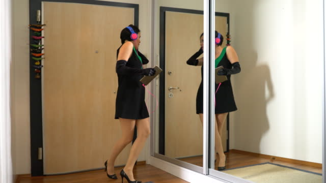 vídeos y material grabado en eventos de stock de escuchar música y bailar - parte del cuerpo humano