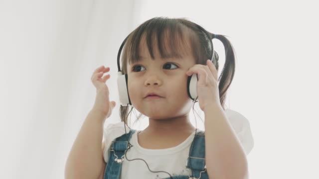 stockvideo's en b-roll-footage met luister muziek baby - in ear koptelefoon