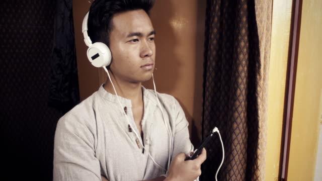 ヘッドフォンでポッド キャストを聞いています。