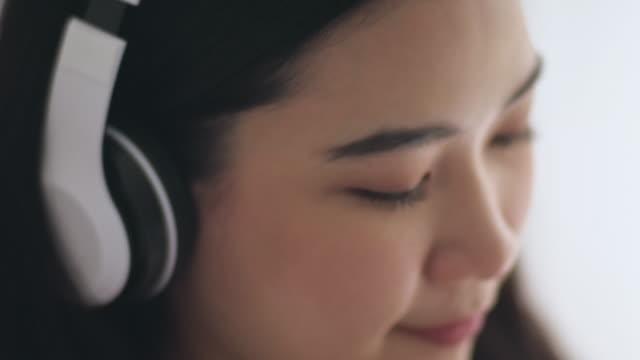 stockvideo's en b-roll-footage met podcast luisteren - in ear koptelefoon