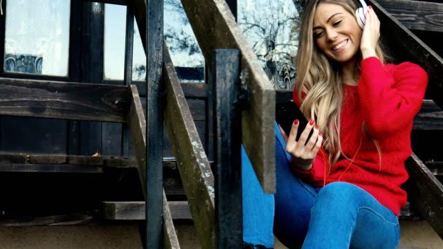 vídeos de stock e filmes b-roll de listening to her favorite song - cabana de madeira