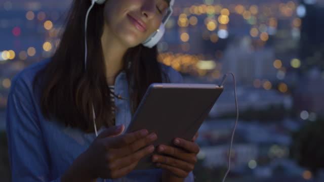 vídeos y material grabado en eventos de stock de escuchar música en la ciudad realmente establece el estado de ánimo - estéreo personal
