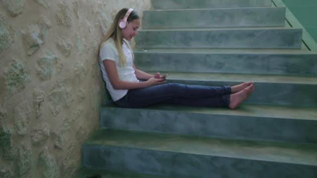 listening to music - 12 13 år bildbanksvideor och videomaterial från bakom kulisserna