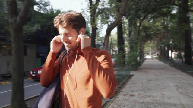 vidéos et rushes de écouter de la musique. - jeunes hommes