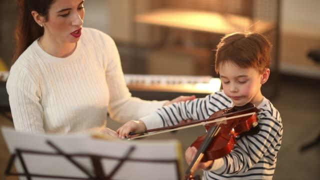 vídeos de stock, filmes e b-roll de ouvir meu professor - violino
