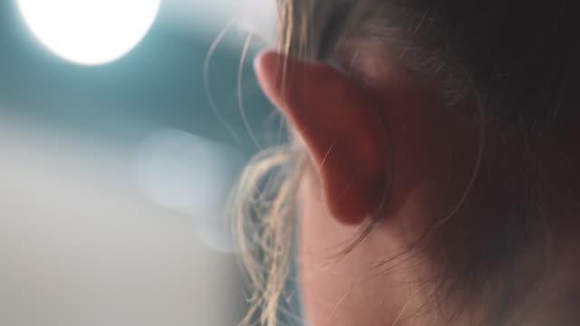 vídeos y material grabado en eventos de stock de escuchar - oreja