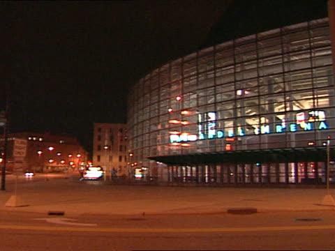 vidéos et rushes de lit neon-blue electric sign, van andel arena on reflective arena building. mi. sports - grand lit