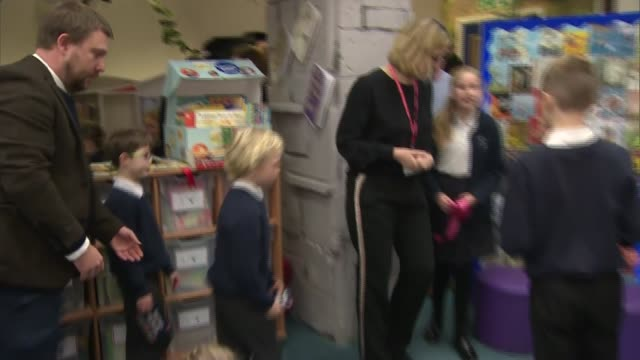 vídeos de stock e filmes b-roll de amber rudd opens library at primary school in hastings; england: east sussex: hastings: silverdale primary academy: int amber rudd mp speech and... - soletrar