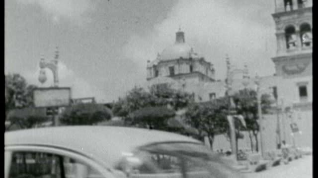 vidéos et rushes de gabriel garcia marquez dies; x14115801 / tx mexico: veracruz: ext b/w shots: tracking shot past latin american buildings woman eating at restaurant... - faire un somme