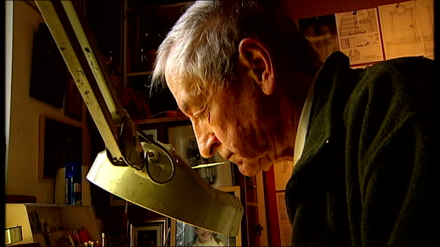 vidéos et rushes de graphic novel 'dotter of her father's eyes' wins costa award for best biography t19121218 / tx sussex **music overlaid sot** raymond briggs working... - biographie