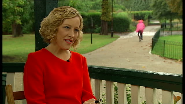 vídeos de stock, filmes e b-roll de interview writer sarah waters; south london: set-up shots of reporter and waters walking and sitting in park sarah waters interview sot - it was bit... - cathy newman