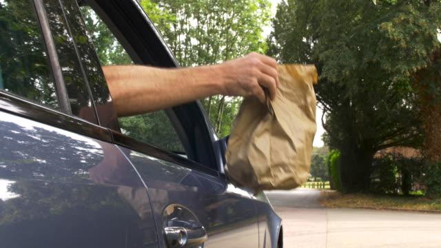車の窓から捨てられるゴミ。 - 無礼点の映像素材/bロール