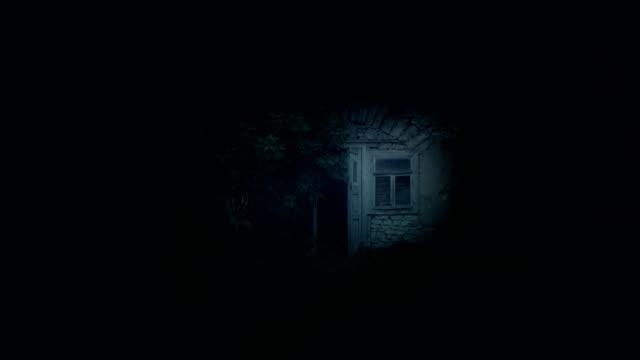 vídeos y material grabado en eventos de stock de pequeña cabaña abandonada casa de hadas por la noche - historia