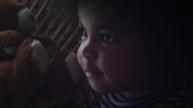 stockvideo's en b-roll-footage met kleine afro - pop speelgoed