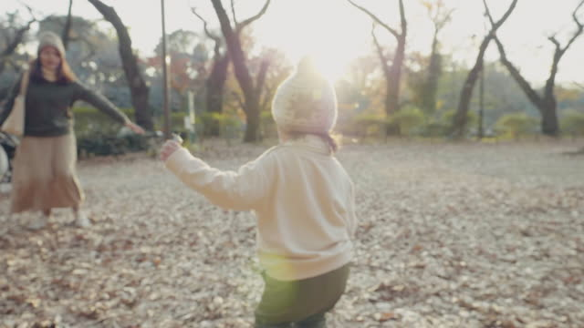vídeos de stock, filmes e b-roll de menino asiático pequeno que funciona no braço das mães no campo na floresta. - família de duas gerações
