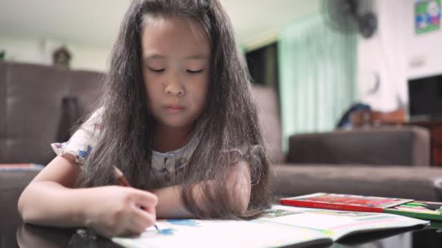 彼女の家で着色小さなアジアの女の子 - 託児施設点の映像素材/bロール