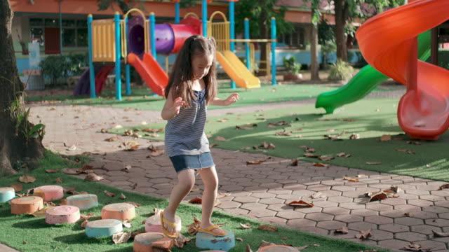 vídeos y material grabado en eventos de stock de slo mo pequeña chica asiática jugando en el patio de recreo - estructura metálica para niños