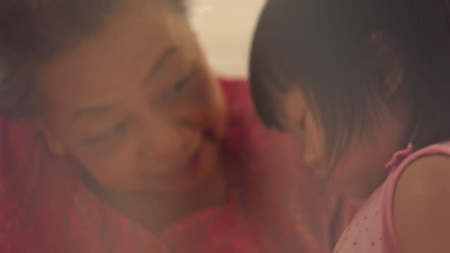 vídeos de stock, filmes e b-roll de bebê pequeno e avó - avó
