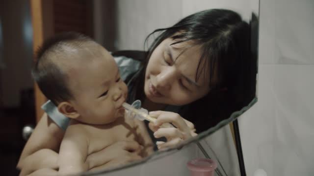vidéos et rushes de petit garçon de chéri se brossant des dents par sa mère - son