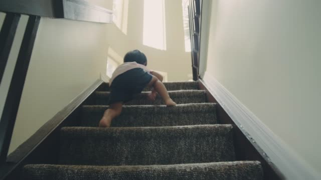 vídeos de stock e filmes b-roll de little baby boy climbing up the steps - degraus
