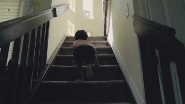 vídeos de stock e filmes b-roll de little baby (24 months) boy climbing up the steps - degraus