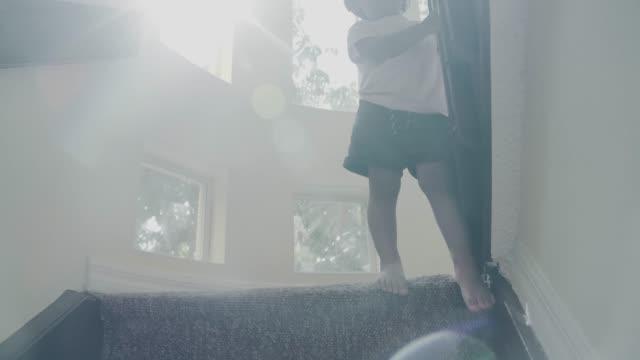 vídeos de stock, filmes e b-roll de bebé pequeno que escala acima as etapas - steps and staircases