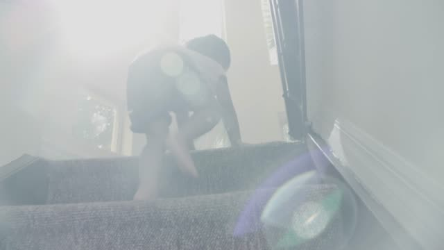 小さな赤ちゃん (24 ヶ月) 男の子は、ステップを登る - staircase点の映像素材/bロール