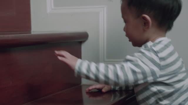 vídeos de stock, filmes e b-roll de (12 meses) bebezinho subindo os degraus - steps and staircases