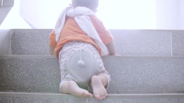 kleinen jungen klettern die treppe hinauf - erste schritte stock-videos und b-roll-filmmaterial